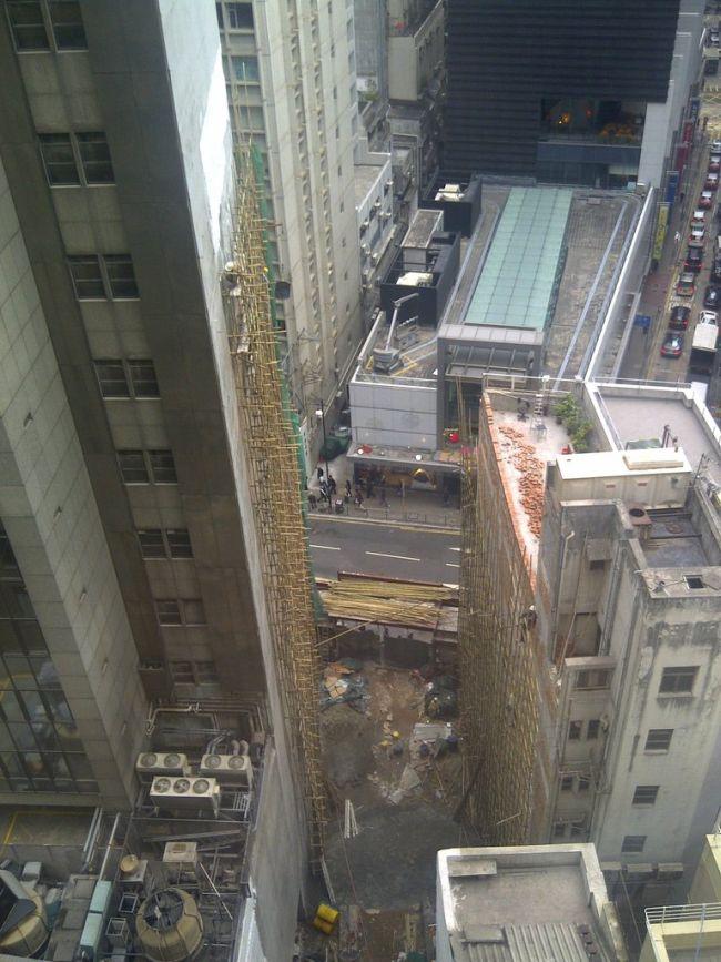 Демонтаж здания на оживленной улице в Гонконге (14 фото)