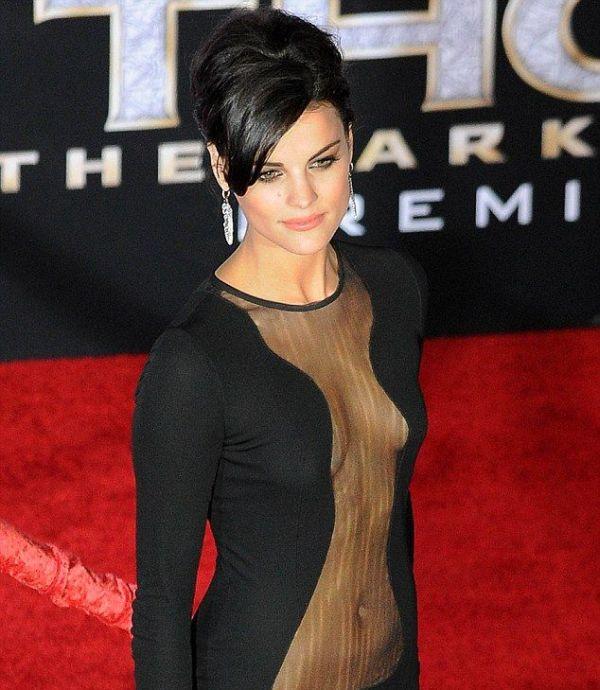Сексуальное платье актрисы Джейми Александр (11 фото)