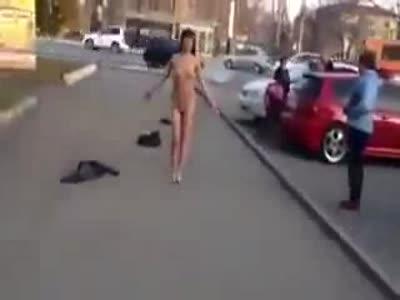 баба разделась на улице
