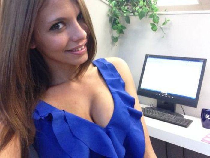 Симпатичные девушки фотографируют себя на рабочем месте (45 фото)