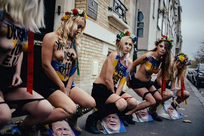 Femen помочились на портрет президента Украины (4 фото + видео)