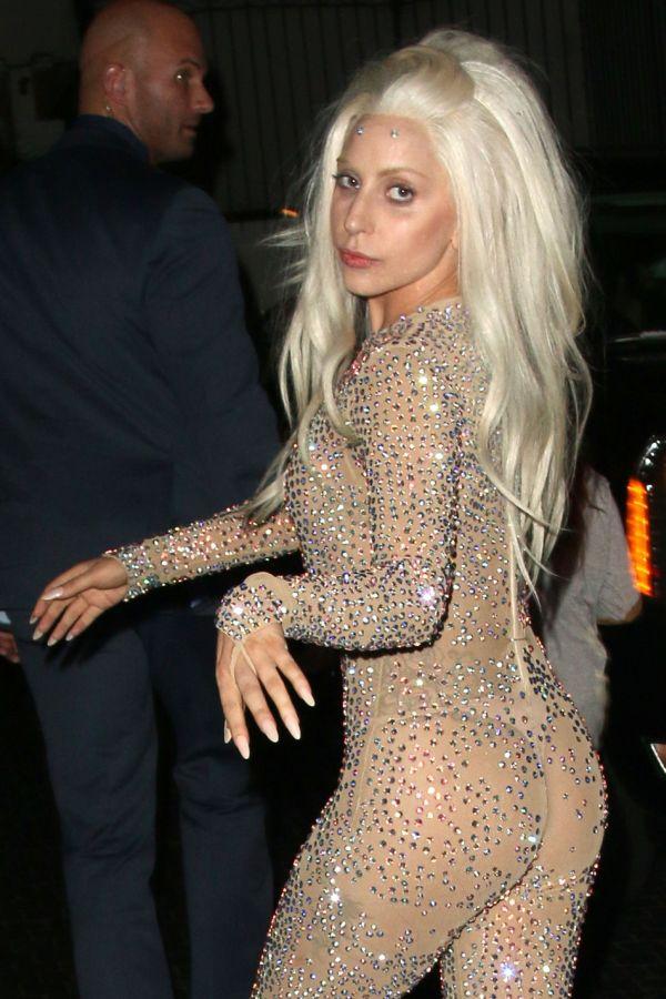 Леди Гага в откровенном наряде (6 фото)