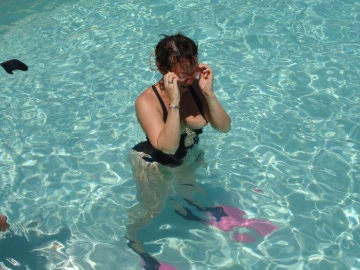 Девушки на водных горках в аквапарке (30 фото)