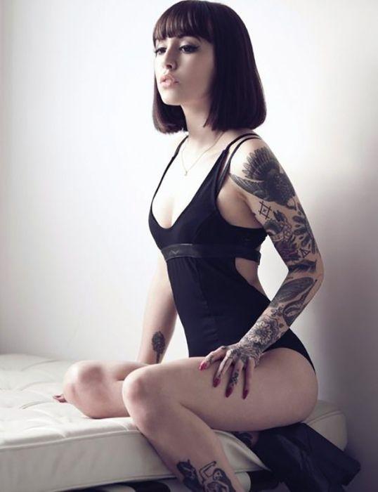 Красивые девушки с татуировками (40 фото)