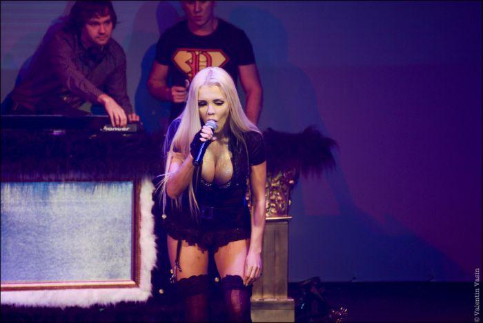 Порно в клубе от посетительницы, блондинка трансвестит в подземном гараже снимает мужика