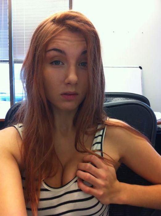 Симпатичные девушки фотографируют себя на рабочем месте. Часть 2 (34 фото)