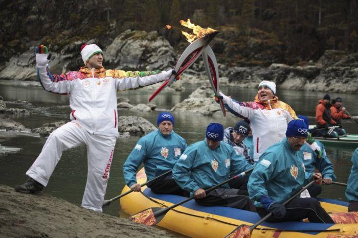 Интересные моменты путешествия Олимпийского огня 2014 (25 фото)