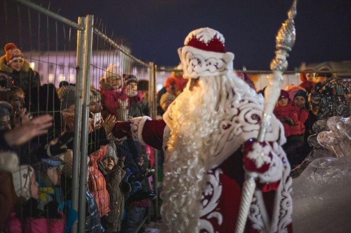 Необычная встреча Деда Мороза с детьми в Самаре (4 фото)