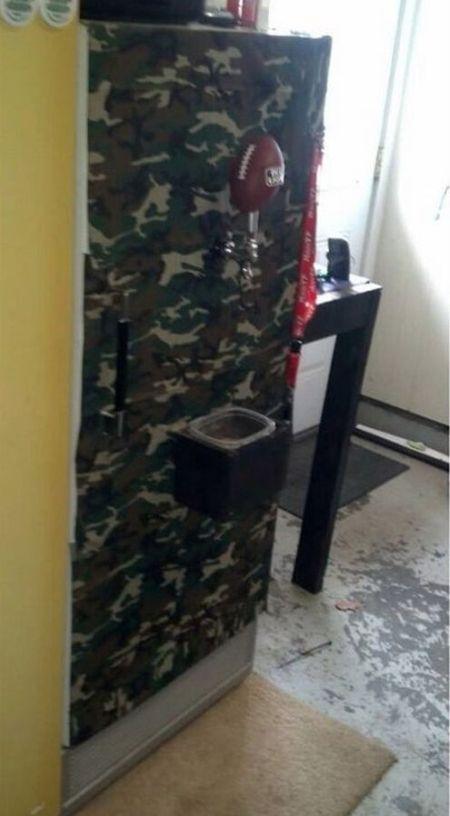 """""""Мужской гаджет"""" из старого холодильника (2 фото)"""