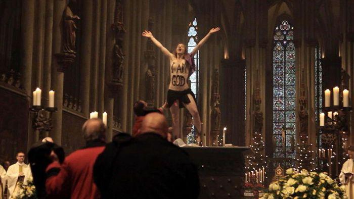 Активистка Femen разделась на алтаре Кельнского собора (2 фото + видео)