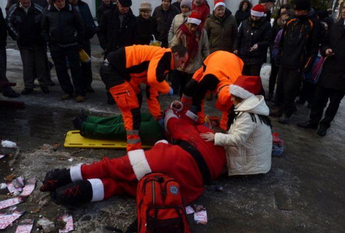 Пьяный Дед мороз со снегурочкой попали в ДТП на санях (8 фото)