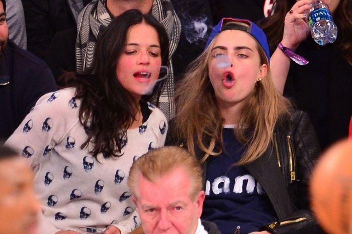 """Мишель Родригес и Кара Делевинь не воспринимают спорт без """"косячка"""" (26 фото)"""