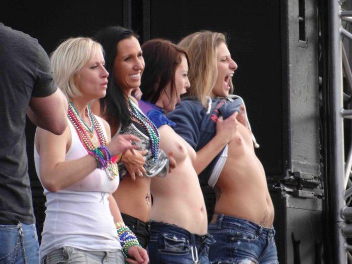 Девушки показывают грудь на фестивалях (30 фото)