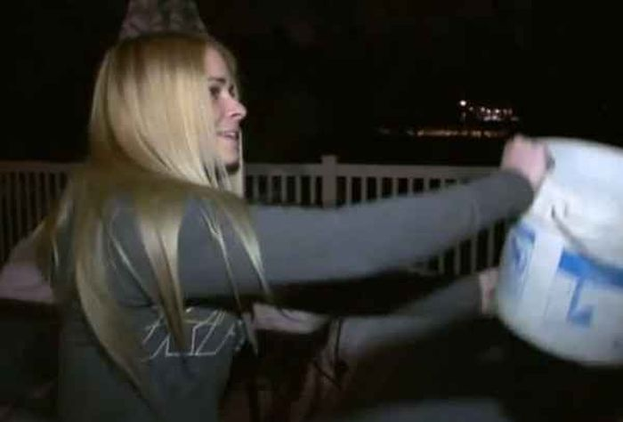 Блондинка провела эксперимент с кипятком на морозе (6 фото)
