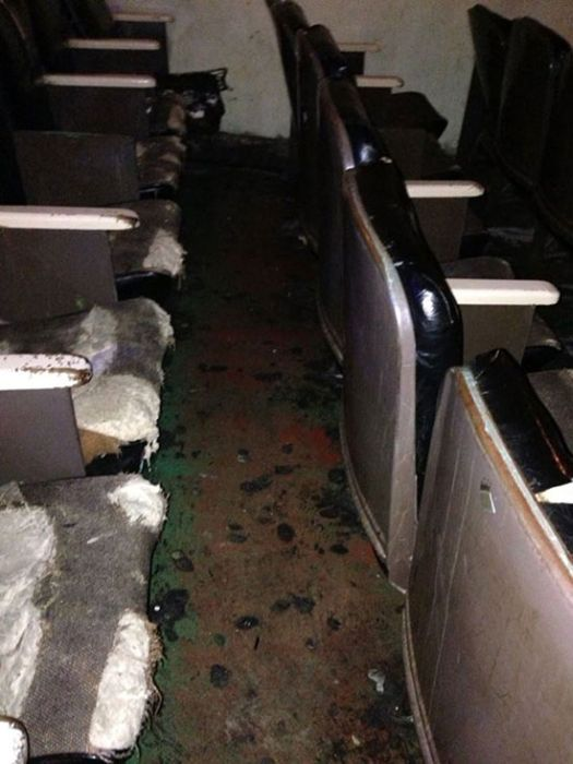 Заброшенный кинотеатр для взрослых (11 фото)
