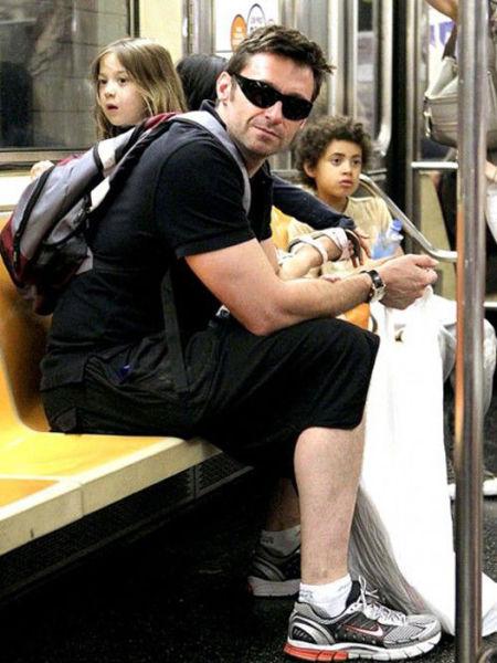 Знаменитости и известные люди в метро (35 фото)
