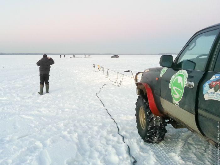 Как вытащить внедорожник, провалившийся под лед