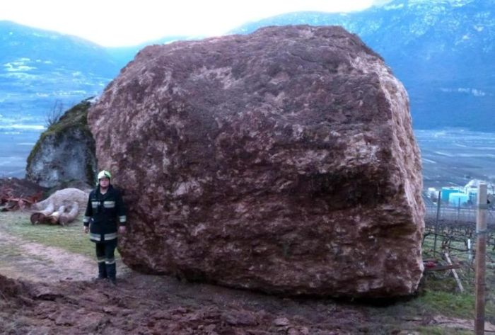 Огромный камень обрушился на ферму в Италии (6 фото)