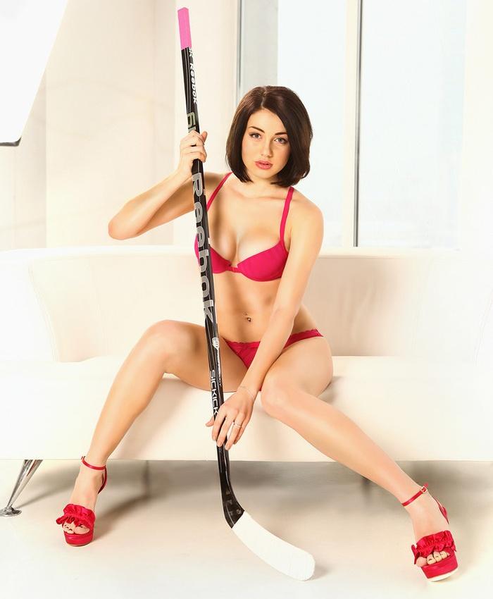 Загадка дня: Каким видом спорта занимается эта девушка? (9 фото)