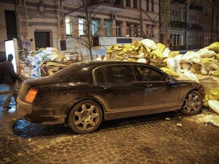 Бентли влетел в баррикаду на Евромайдане (3 фото + видео)