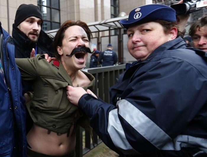 Как FEMEN на Путина нападали (16 фото)