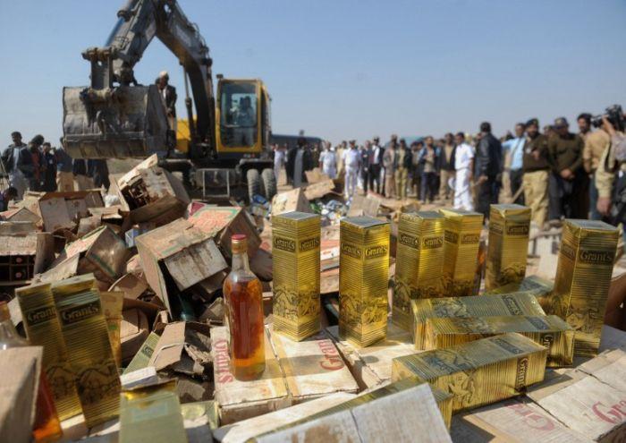 Церемония уничтожения запрещённых вещей в Пакистане (13 фото)