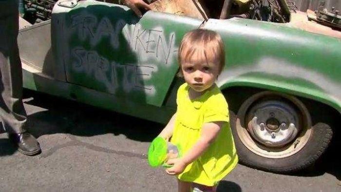 Маленькая девочка случайно купила автомобиль через телефон (4 фото)