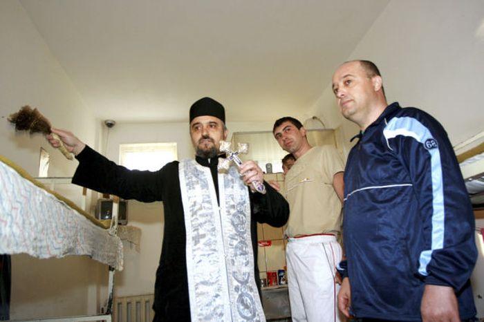 Священники в Румынии успевают везде заработать (20 фото)