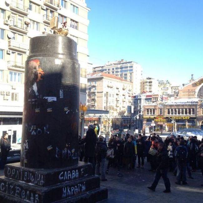 Золотой унитаз на Евромайдане в Киеве (6 фото)