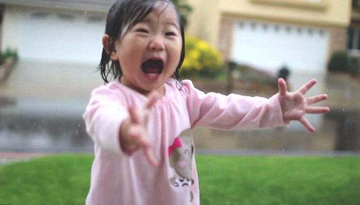Девочка в первый раз увидела дождь (6 фото)