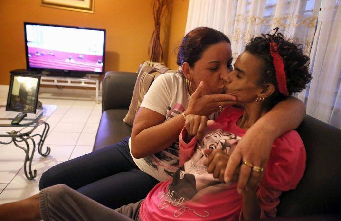 18-летняя девушка впала в кому после операции по увеличению груди (22 фото)