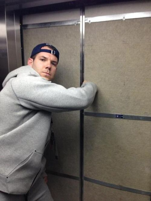 Олимпийский спортсмен из Америки застрял в лифте (2 фото)