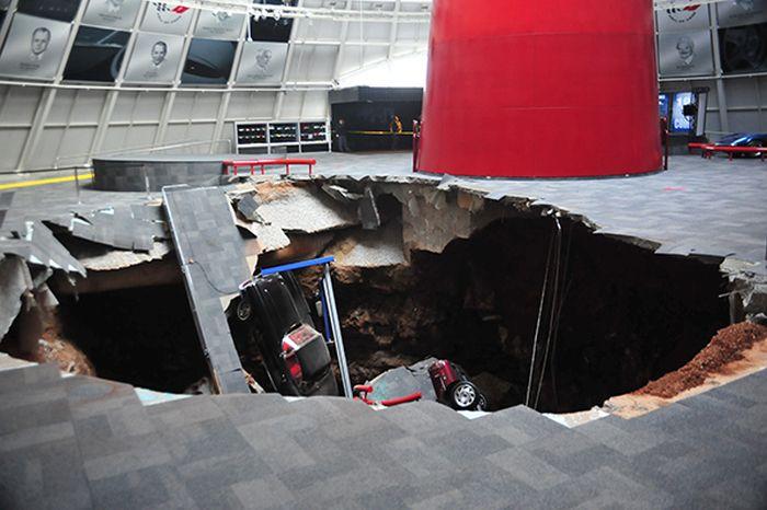 В музее Chevrolet Corvette провалились под землю 8 автомобилей (4 фото)