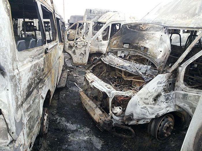 В Мурманске сжигают маршрутные такси (13 фото)