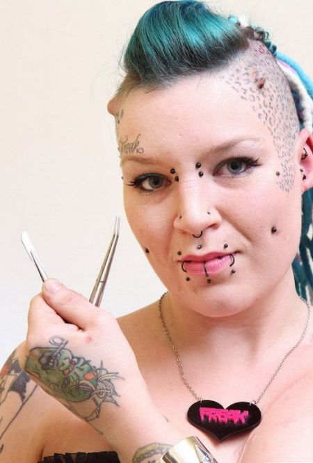 Девушка удалила татуировку несчастной любви (4 фото)
