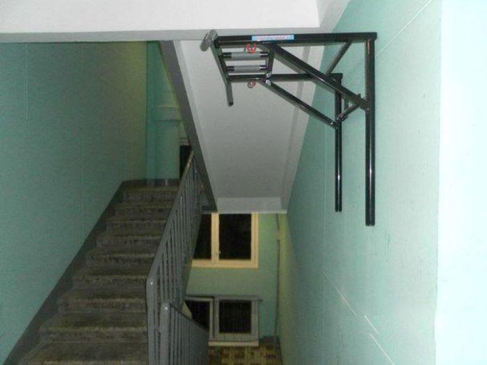 Тренажерный зал прямо в подъезде (5 фото)