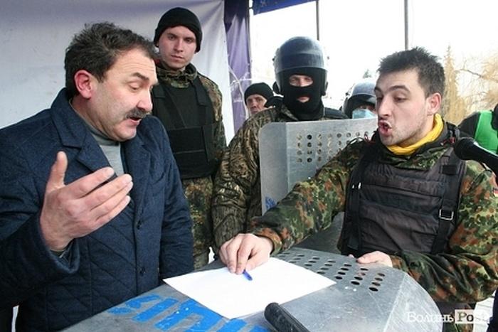Губернатора Луцка приковали наручниками к сцене и поливали водой, заставляя уйти в отставку