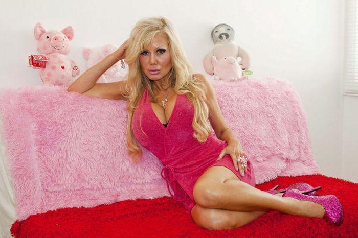 Женщина, которая похожа на куклу Барби (18 фото)