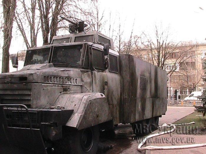 В Киеве ведут обстрел бронебойными патронами (6 фото)