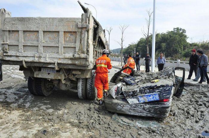 Beton Arabası ile Otomobil Çarpışırsa(9 Fotograf)
