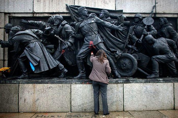 В Болгарии вновь осквернили памятник советским солдатам (6 фото)