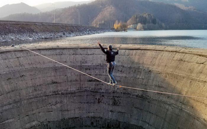Экстремал Флавиу Чернеску пересек 200-метровую воронку без страховки (6 фото)