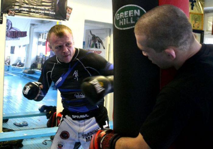 Один день из жизни Александра Шлеменко - чемпиона смешанных единоборств (12 фото)