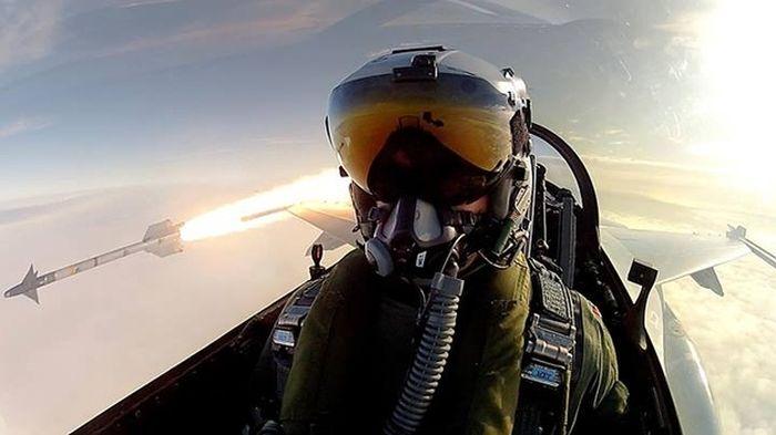 Крутой самострел пилота F-16 (1 фото)