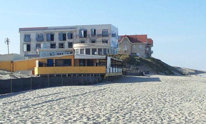 Дом на берегу тогда и сейчас (2 фото)