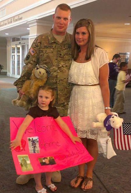 Неожиданный сюрприз для мужа, вернувшегося из Афганистана (2 фото)