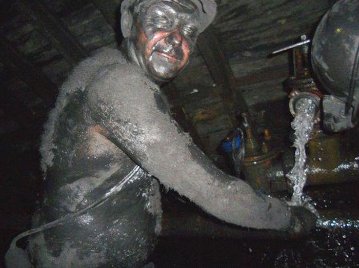 Шахтеры после тяжелой смены в угольной шахте (10 фото)