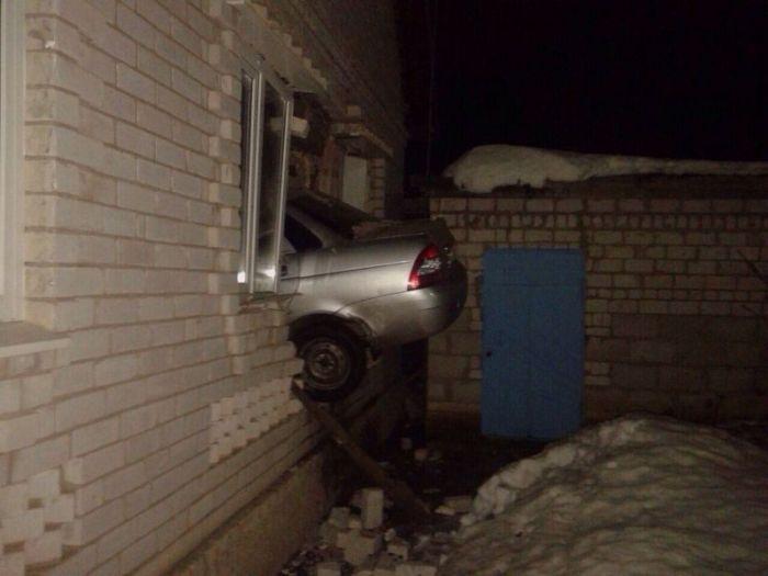Пьяный водитель на Приоре влетел в спальню жилого дома (5 фото)