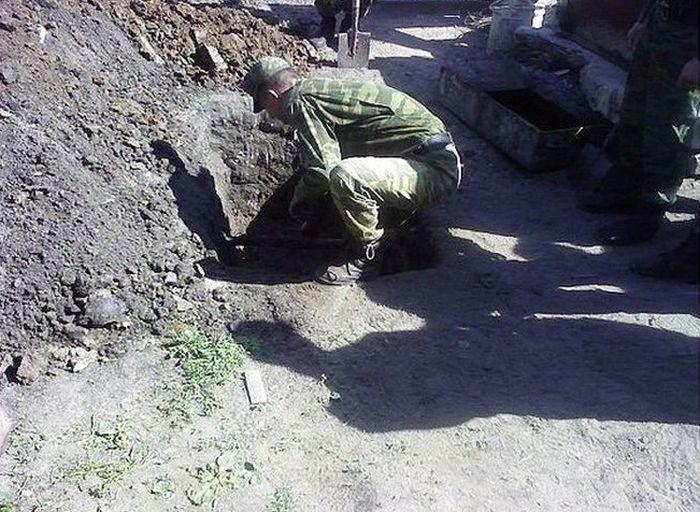 """Похороны """"бычка"""" во время службы в армии (8 фото)"""