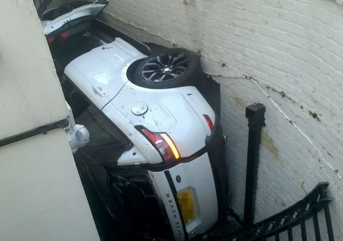 """Девушка """"припарковала"""" Range Rover на дне подвальной части здания (7 фото)"""